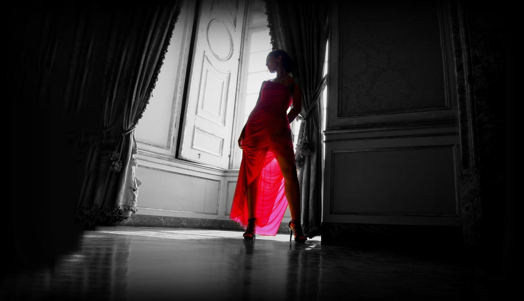 červené šaty, žena vo dverách
