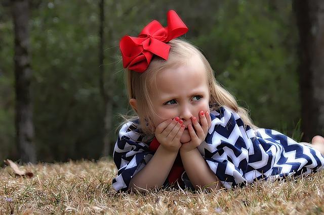 dívka s červenou mašlí