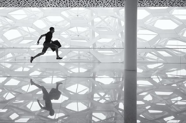 běžící muž na skleněné podlaze