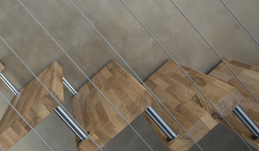 Interiérové schodisko, drevené schody, zábradlie