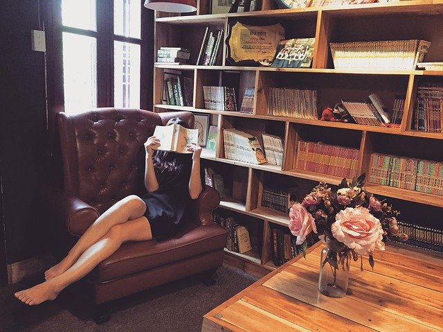 Žena sedí a číta knihu.jpg