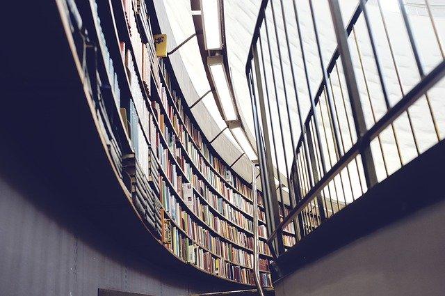 Knižnica v pozadí a na pravej strane nerezové zábradlie.jpg