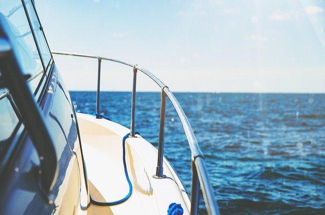 Nerezové zábradlie na luxusnej lodi.jpg